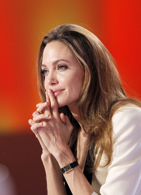Angelina-Jolie-with-Cartier-Tank-Louis-18k-Gold_1